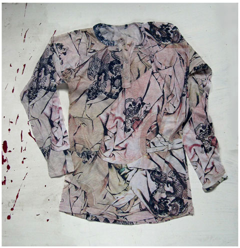 with the print of a continuous undulation of crushed Tattoo T-shirts.